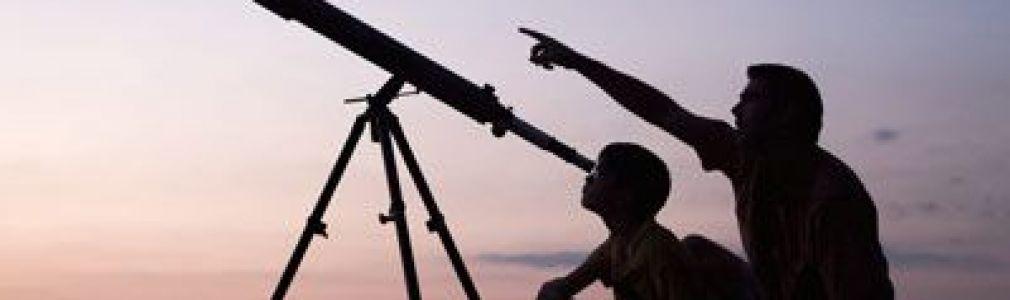 Observación del cielo nocturno con telescopio