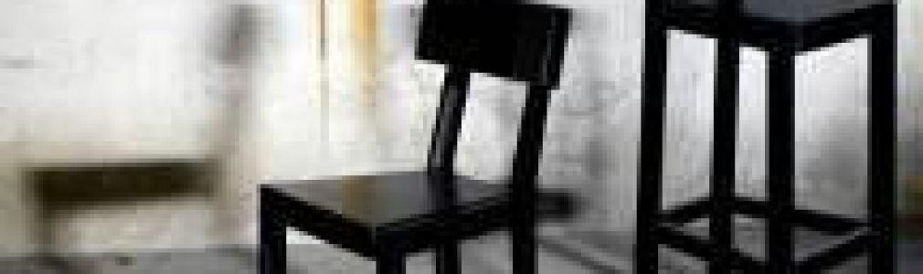 'Subido a una silla, antes de grande'